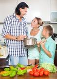 Cocina feliz de la familia en casa Foto de archivo libre de regalías