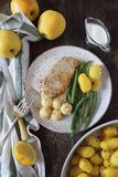 Cocina francesa: cerdo frito con la compota de manzanas, las habas verdes y las patatas Fotos de archivo libres de regalías