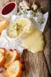 Cocina francesa: queso cocido del camembert con la tostada y el arándano Foto de archivo libre de regalías