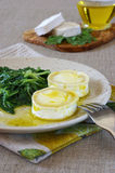 Cocina francesa: Queso de cabra caliente con verdes Foto de archivo libre de regalías