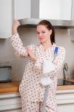 Cocina fuerte de la limpieza de la mujer imagen de archivo libre de regalías