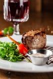 Cocina georgiana Filete de carne de vaca jugoso, filete de la ternera en una placa blanca con el cohete asado, verduras asadas a  fotografía de archivo libre de regalías