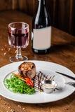 Cocina georgiana Filete de carne de vaca jugoso, filete de la ternera en una placa blanca con el cohete asado, verduras asadas a  imagen de archivo