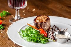 Cocina georgiana Filete de carne de vaca jugoso, filete de la ternera en una placa blanca con el cohete asado, verduras asadas a  foto de archivo libre de regalías