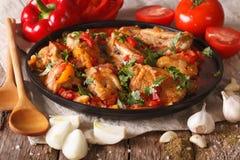 Cocina georgiana: Guisado de pollo de Chakhokhbili con las verduras clo fotografía de archivo
