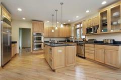 Cocina grande con cabinetry de madera de roble Fotografía de archivo