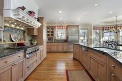 Cocina grande en hogar moderno Imagen de archivo libre de regalías