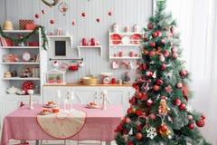 Cocina gris clara interior y decoración roja de la Navidad Preparando el almuerzo en casa en el concepto de la cocina Foco en árb fotografía de archivo