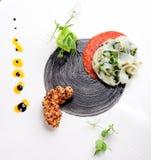 Cocina Haute, aperitivo gastrónomo, calamar, tempura del camarón Fotos de archivo