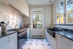 Cocina hermosa con muchas ventanas soleadas foto de archivo