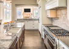 Cocina hermosa en nuevo hogar de lujo Fotografía de archivo libre de regalías
