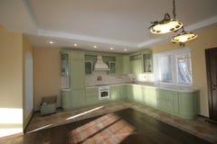 Cocina hermosa, espaciosa en un estilo clásico Imagen de archivo