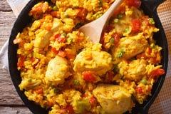 Cocina hispánica: Primer del pollo de estafa de Arroz en una cacerola visión superior horizontal Fotos de archivo libres de regalías