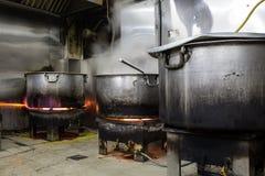 Cocina industrial y comercial e de un restaurante sucio sucio real foto de archivo libre de regalías