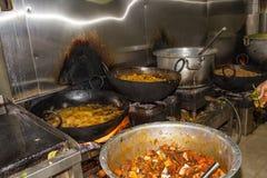 Cocina industrial y comercial e de un restaurante sucio sucio real fotografía de archivo libre de regalías