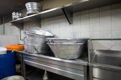 Cocina industrial y comercial e de un restaurante sucio sucio real imagen de archivo libre de regalías