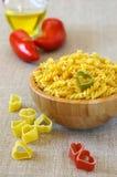 Cocina italiana de los ingredientes: macarrones y tomates Imagen de archivo libre de regalías