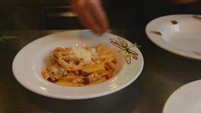 Cocina italiana del cocinero almacen de metraje de vídeo