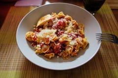 Cocina italiana Pastas con aceite de oliva, ajo, albahaca y tomates y sopa del tomate foto no efectuada viva lifestyle foto de archivo