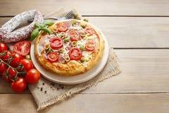 Cocina italiana: pizza con el salami Foto de archivo libre de regalías