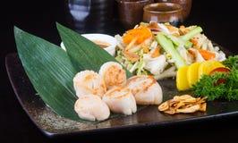 Cocina japonesa crustáceos asados a la parrilla en el fondo Imágenes de archivo libres de regalías