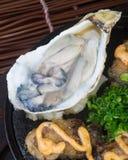 Cocina japonesa marisco de la placa caliente en el fondo Fotografía de archivo libre de regalías
