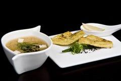 Cocina japonesa - sopa en el plato blanco Fotos de archivo