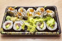 Cocina japonesa: Uramaki y Futo sabrosos Maki sirvieron en la caja para llevar Imagen de archivo