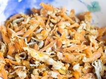 Cocina japonesa, zanahorias destrozadas fritas, sardinas jovenes hervidas imagenes de archivo