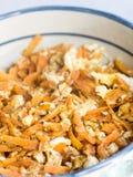 Cocina japonesa, zanahorias destrozadas fritas y huevos imagenes de archivo