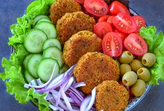 Cocina libanesa del vegano - Falafel con la ensalada imagenes de archivo