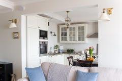 Cocina ligera en el apartamento Foto de archivo libre de regalías