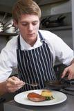 Cocina masculina del restaurante de Preparing Meal In del cocinero Imagenes de archivo