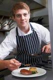 Cocina masculina del restaurante de Preparing Meal In del cocinero Imágenes de archivo libres de regalías