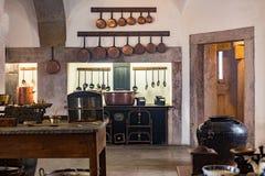 Cocina medieval vieja del castillo con el equipo Imagen de archivo