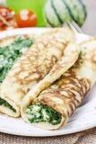 Cocina mediterránea: crespones rellenos con queso y espinaca Imágenes de archivo libres de regalías