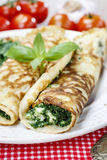 Cocina mediterránea: crespones rellenos con queso y espinaca Fotos de archivo libres de regalías