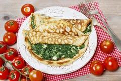 Cocina mediterránea: crespones rellenos con queso y espinaca Imagenes de archivo