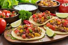 Cocina mexicana - tortillas con chili con carne, salsa del tomate Imagen de archivo