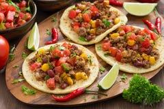 Cocina mexicana - tortillas y chili con carne y salsa del tomate Fotos de archivo libres de regalías