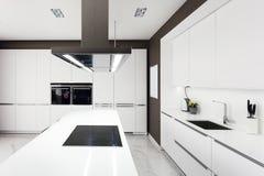 Cocina moderna blanca con las aplicaciones de acero imagen de archivo