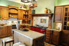 Cocina moderna con colores brillantes Fotografía de archivo libre de regalías