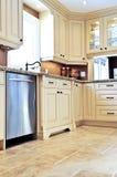 Cocina moderna con el suelo de azulejo Foto de archivo libre de regalías