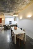Cocina moderna con el suelo de baldosas gris y la pared blanca Foto de archivo libre de regalías