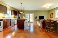 Cocina moderna con el suelo y la sala de estar de la cereza. fotos de archivo