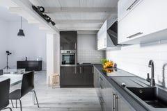 Cocina moderna con el techo rústico fotos de archivo libres de regalías