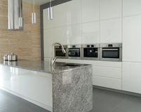 Cocina moderna con la encimera del granito Fotografía de archivo