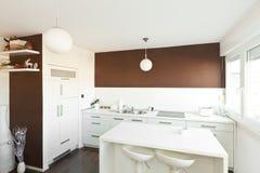 Cocina moderna con la pared marrón Imagen de archivo