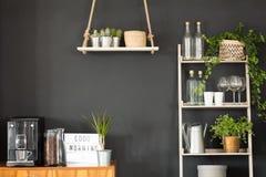 Cocina moderna con la pared negra fotografía de archivo libre de regalías