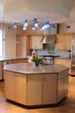 Cocina moderna con las aplicaciones de aluminio aplicadas con brocha. Fotografía de archivo
